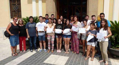 Benetússer agradece la dedicación de los jóvenes becados por la Diputación