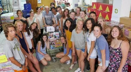 Estudiantes de intercambio reparten alimentos para familias de Alboraya con la ONG «Tira Avant»