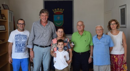 Sedaví entrega la insignia del municipi a l'artista Antonio Ramón Casañ