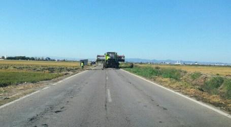 Las máquinas cosechadoras inician la siega del arroz en Alfafar