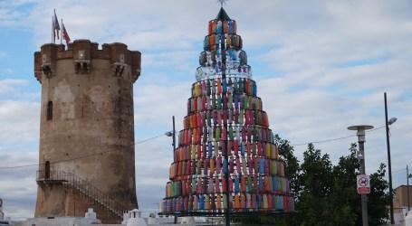 Paterna enciende un árbol de Navidad reciclado y con botellas de plástico