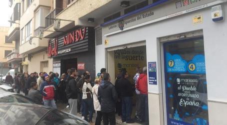 Colas en las administraciones de loteria de Manises