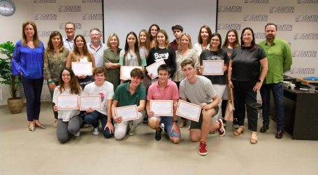 Jóvenes alumnos de Caxton College ayudan a menores del Centro de Día