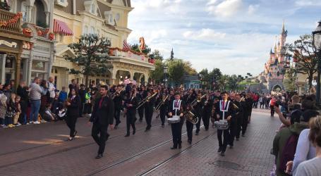 La Unión Musical de Benetússer triunfa en su 40 aniversario en Disneyland