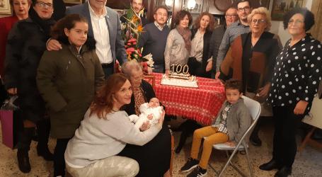 El Ayuntamiento de Albal homenajea a su vecina centenaria, Consuelo Domingo