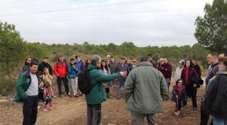 Decenas de voluntarios participan en una nueva jornada de clareo en La Vallesa