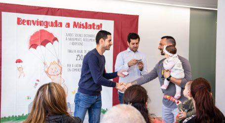 Mislata entrega sus tarjetas de bienvenida a más de cincuenta familias