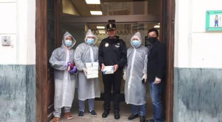 La comunidad china entrega a la Policía Local de Burjassot mascarillas, gel y guantes para trabajar con seguridad