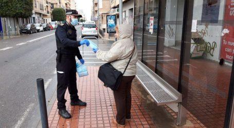 Benetússer distribuye mascarillas entre los ciudadanos que acuden a trabajar en transporte público