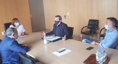 Los empresarios del ocio nocturno hacen entrega a la Delegada del Gobierno de la Guía Sanitaria para el ocio nocturno