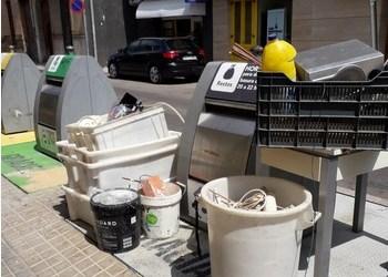 Critican la presencia de basura fuera de los contenedores de Alfafar
