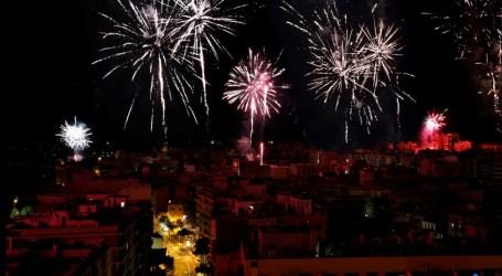 Mislata ilumina su noche con el disparo de ocho castillos de fuegos artificiales simultáneos