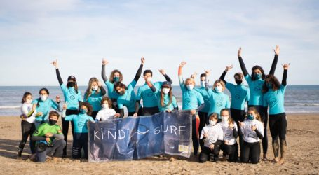 La playa de Patacona se convierte en el escenario de la ONG Kind Surf