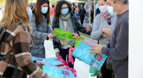 Paiporta reparteix bosses reutilizables amb missatges per a promoure l'ús del valencià