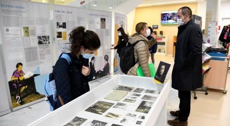 Alumnat de l'IES Andreu Alfaro visita la mostra de Carmelina Sánchez-Cutillas de la Biblioteca de Paiporta