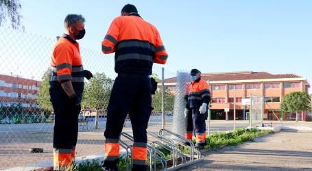 En vacaciones, la brigada municipal de Puçol pone a punto los colegios públicos