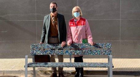 El col·legi Sant Antoni I de Catarroja rep el banc fet amb tapons de plàstic reciclats per l'alumnat
