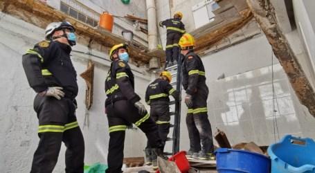 Los bomberos actúan en Alaquàs, al hundirse una terraza