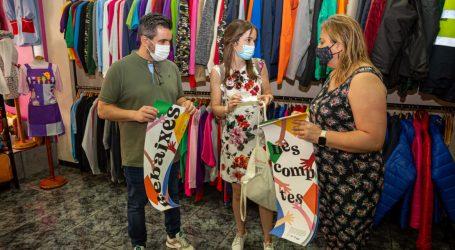 Los comercios de Mislata promocionan sus rebajas con carteles en valenciano