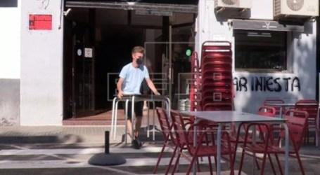 Polémica por un paso de peatones justo en medio de la terraza de un bar en Catarroja