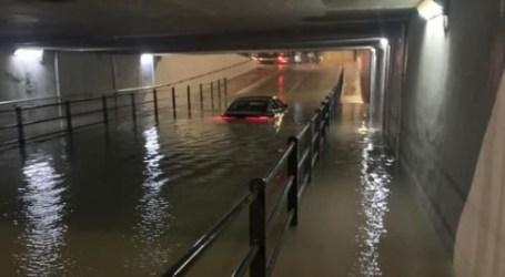 Bomberos y Policía ayudan a salir a personas de vehículos atrapados por la lluvia en Puçol, Torrent y Paterna