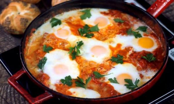 طريقة عمل البيض بالبصل والطماطم