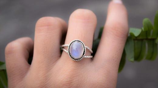 تفسير حلم رؤية الخاتم الفضة في المنام
