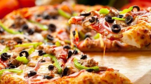 تحضير البيتزا بأكثر من وصفة مختلفة