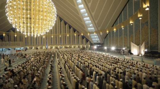 جمع المسلمين في صلاة التراويح في شهر رمضان