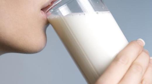 فوائد شرب الحليب على الريق