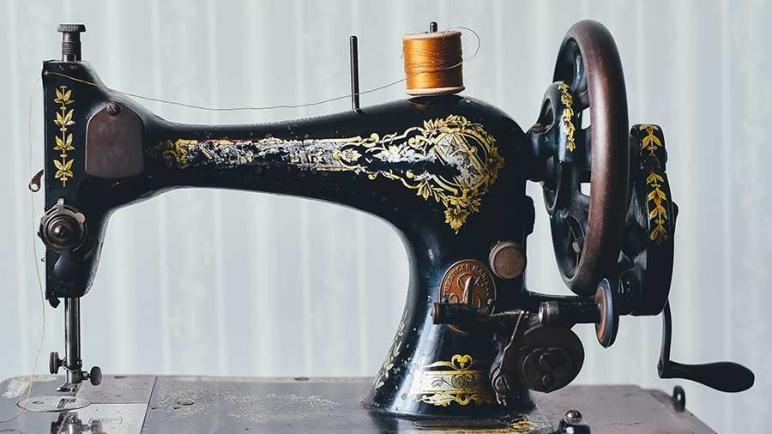 معلومات عن ماكينة الخياطة.. ومن هو أول من اخترع ماكينات الخياطة؟