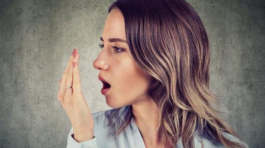 هكذا يمكنك إزالة رائحة البصل من الفم