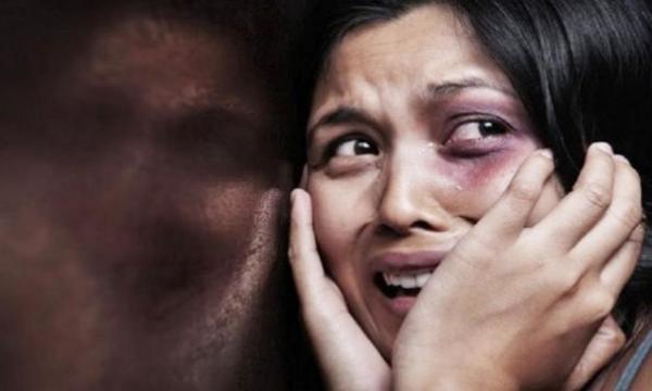 العنف ضد المرأة والآثار السلبية على صحتها وأسرتها