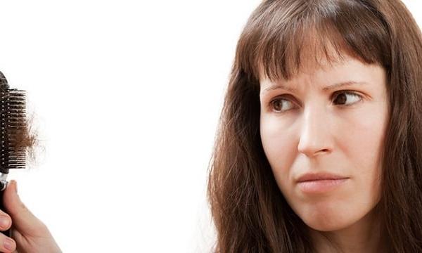 الأسباب المحتملة لتساقط الشعر غير الطبيعي وطرق علاجها