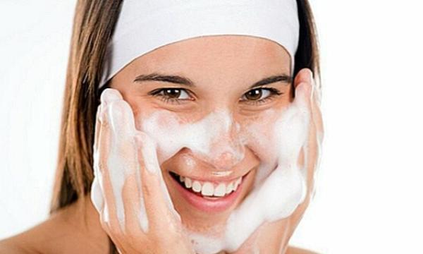 خطوات تنظيف الجلد في المنزل