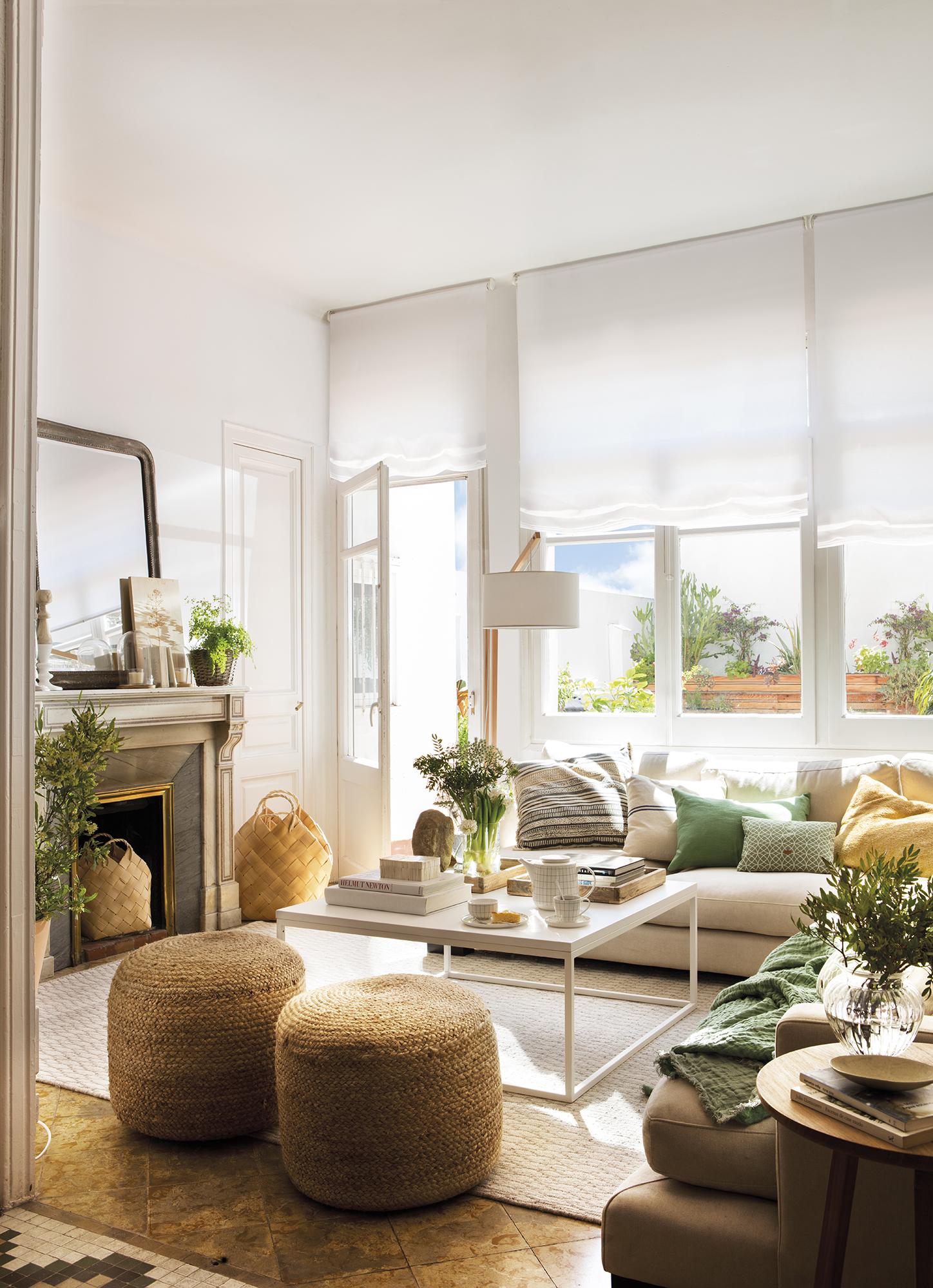 Pano 0893-0897. Pequeño salón en tonos claros con chimenea y con salida a la terraza_ 0893-0897