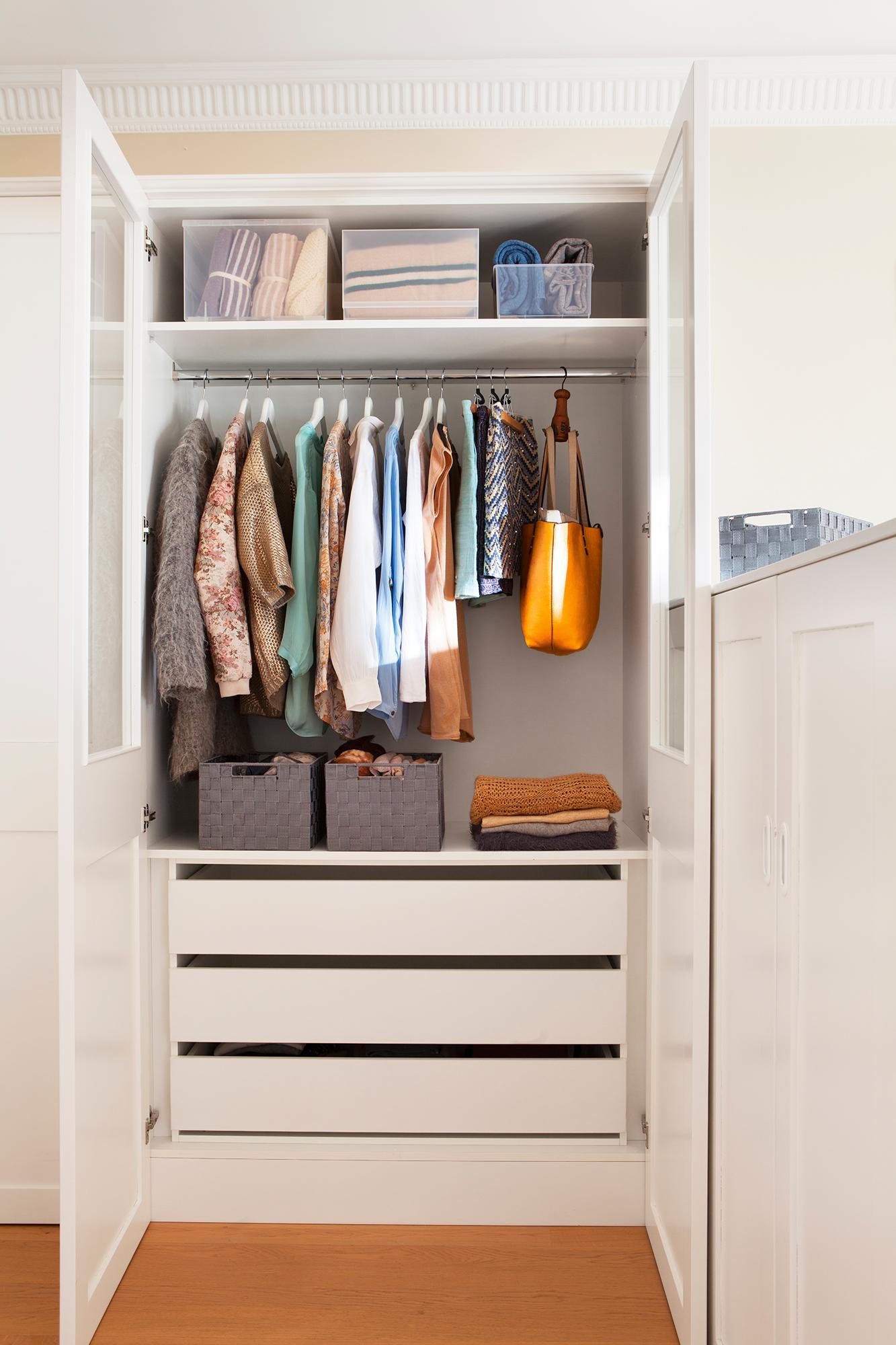 Armario abierto con ropa ordenada