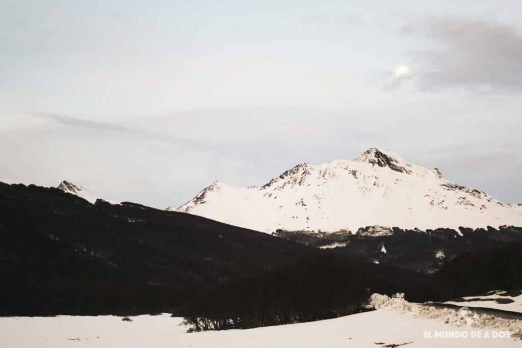 La luna sobre las montañas. Nieve y Fuego Ushuaia