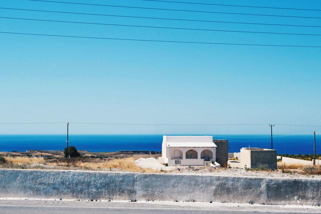 En alguna parada de bus. Que ver en Santorini en 3 días
