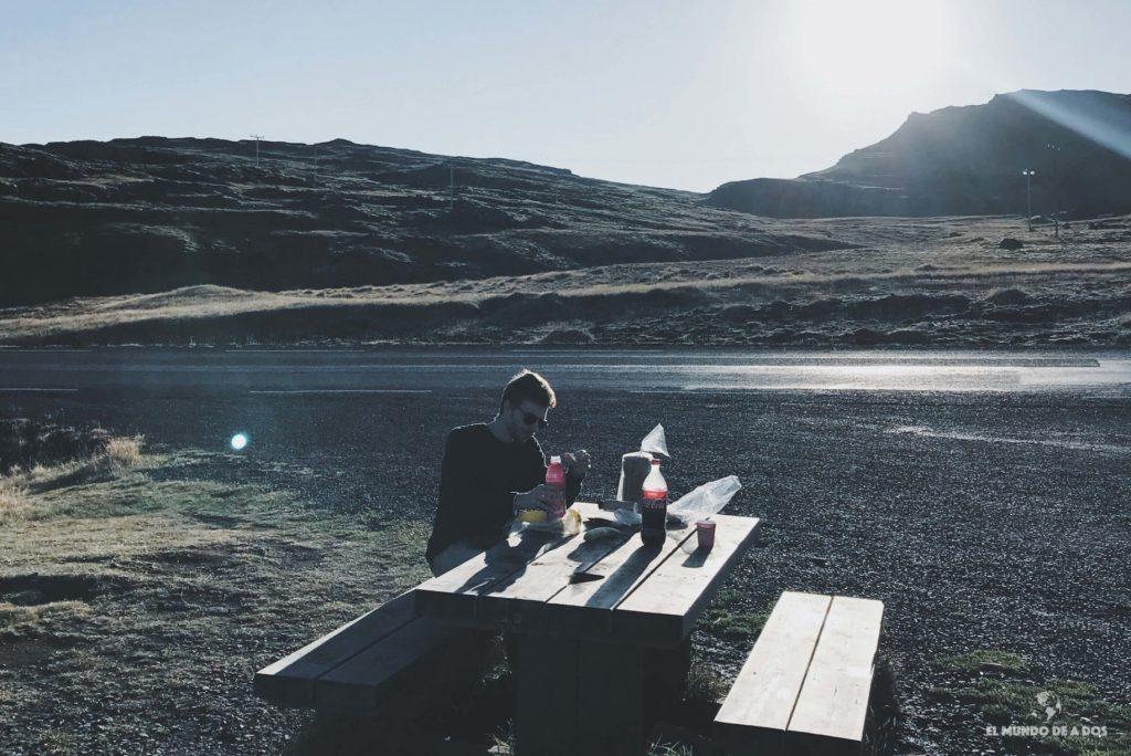 Almorzando en el camino. Ruta por Islandia en 10 días