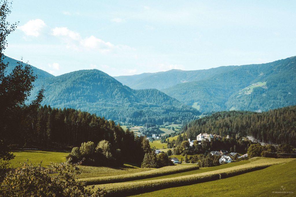 La campiña en los Dolomitas. Viaje a los Dolomitas en verano.