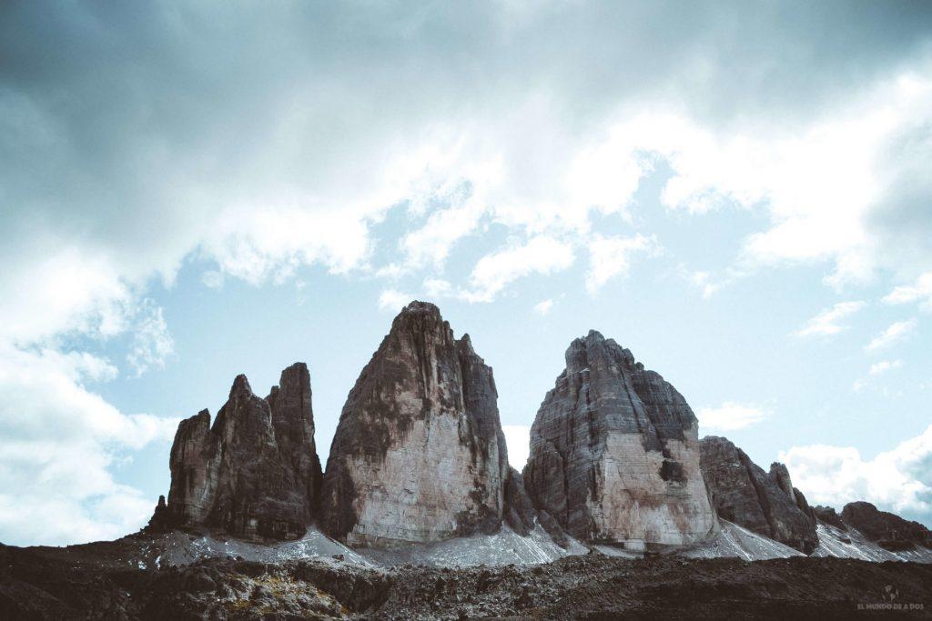 Las Tres Cimas de Lavaredo hacia el cielo. Viaje a los Dolomitas en verano.
