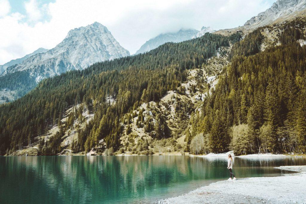 A orillas del Lago di Anterselva. Viaje a los Dolomitas en verano.