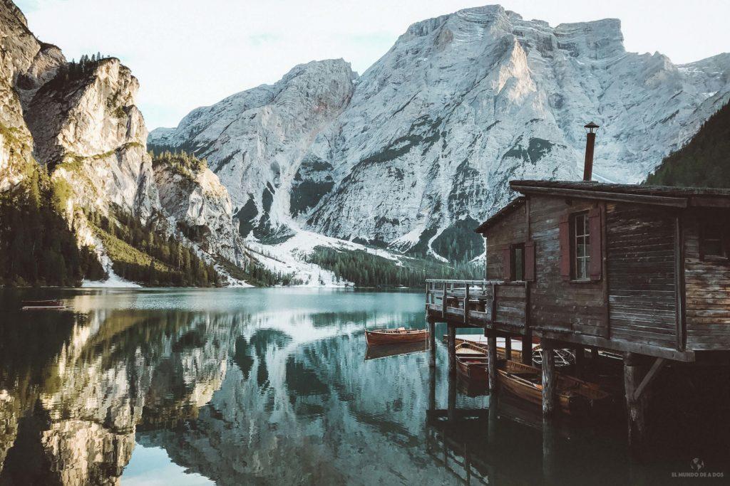 El mágico lago di Braies. Viaje a los Dolomitas en verano.