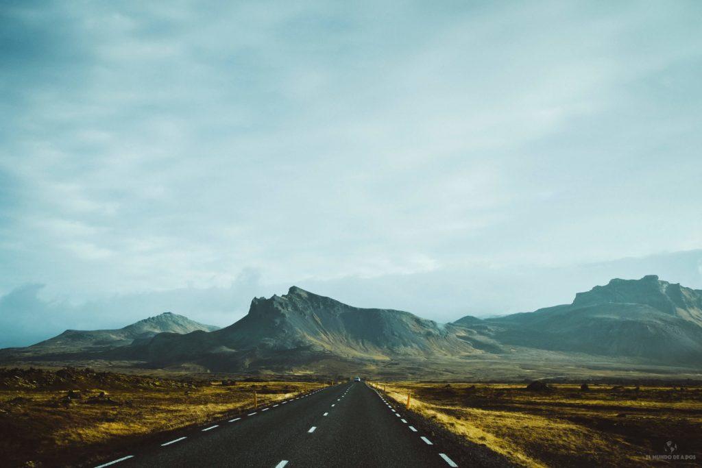 Camino por los campos de lava de Islandia. Guía para viajar a Islandia