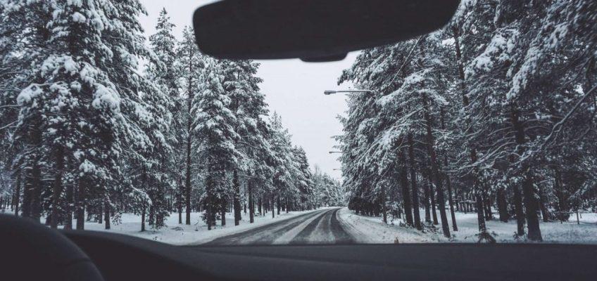 Manejando entre bosques nevados. Viajar a Laponia en invierno
