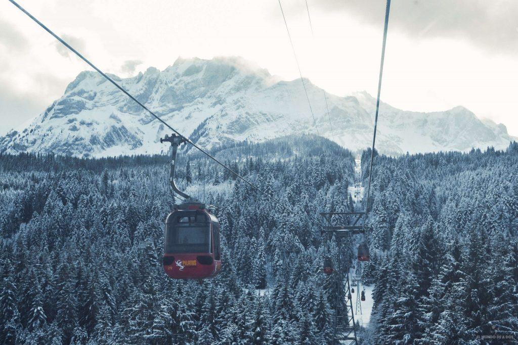 En funicular camino al Monte Pilatus. Suiza en invierno