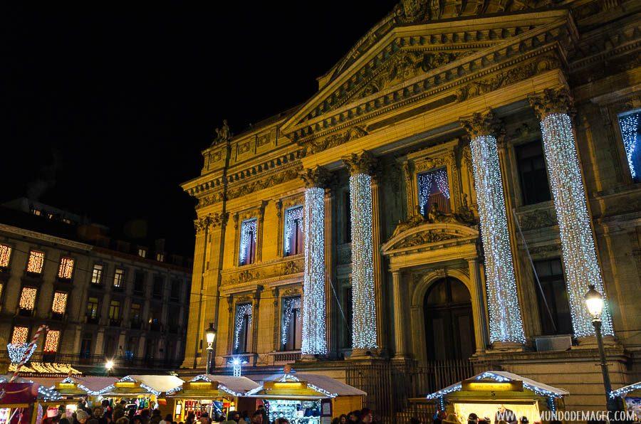 Que ver en Bruselas en dos días - Mercadillo edificio de la bolsa