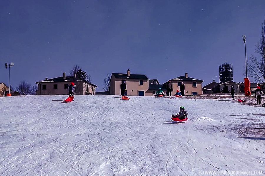 esquiar con niños - trineos