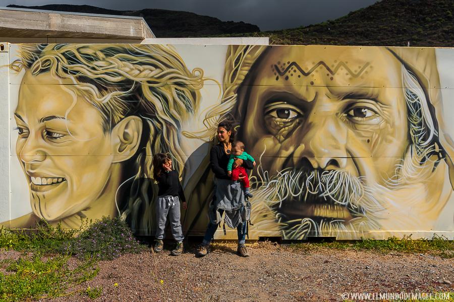 Grafitti que recibe a los visitantes al museo